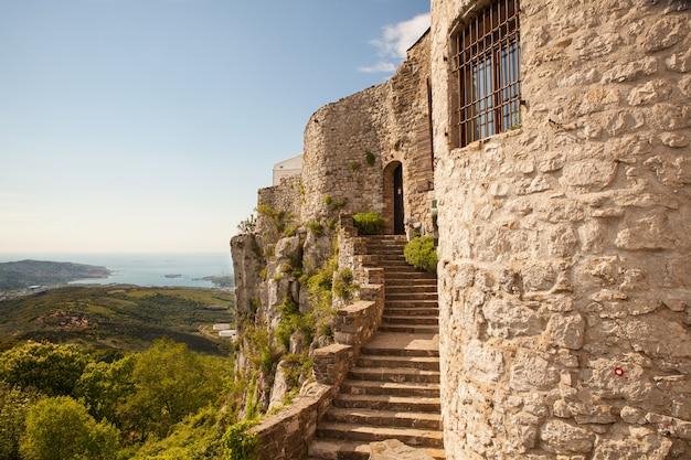 Uitzicht op het st. servolo-kasteel