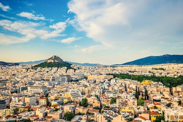 Uitzicht op het stadsbeeld van de stad athene vanaf de akropolis in griekenland