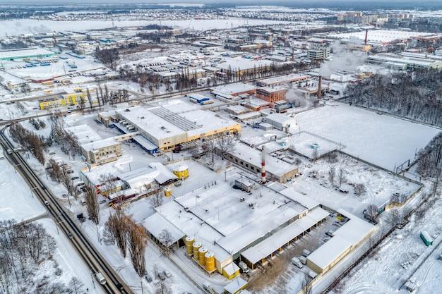 Uitzicht op het stedelijke industriegebied vanuit de lucht. winter stadsgezicht.