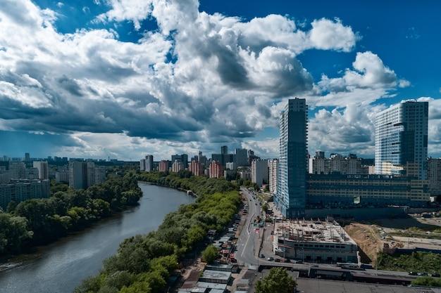 Uitzicht op het stedelijke industriegebied vanuit de lucht. zomer stadsgezicht.