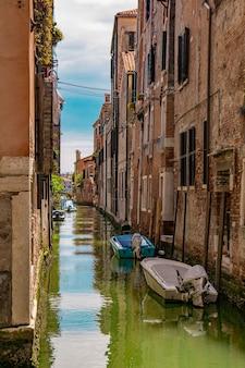 Uitzicht op het straatkanaal met boten in venetië, italië
