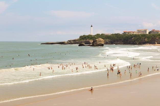 Uitzicht op het strand en de oceaan op de zonnige dag. biarritz. frankrijk.
