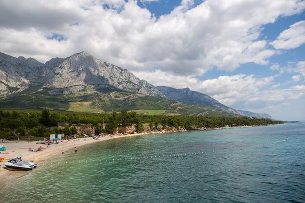Uitzicht op het strand in het dorp baska voda