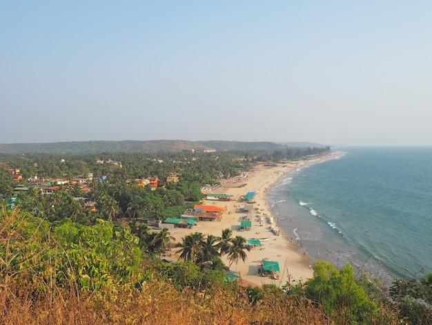 Uitzicht op het strand van arambol vanaf de heuvel, goa