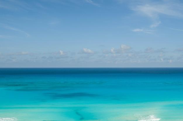 Uitzicht op het strand van cancun, horizon
