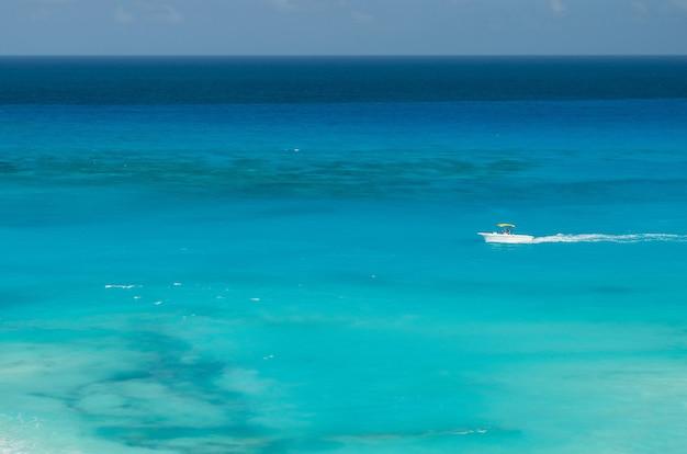 Uitzicht op het strand van cancun