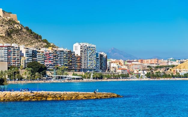 Uitzicht op het strand van postiguet in alicante, spanje