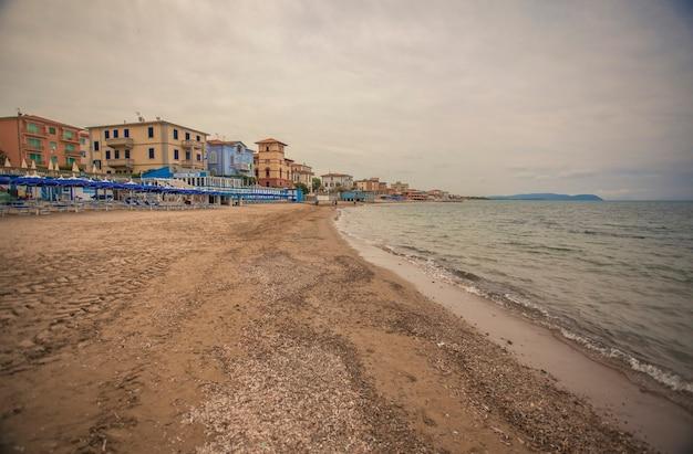 Uitzicht op het strand van san vincenzo in toscane, italië #3