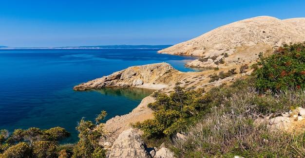 Uitzicht op het strand van stara baska tijdens de zomertijd, eiland krk in kroatië