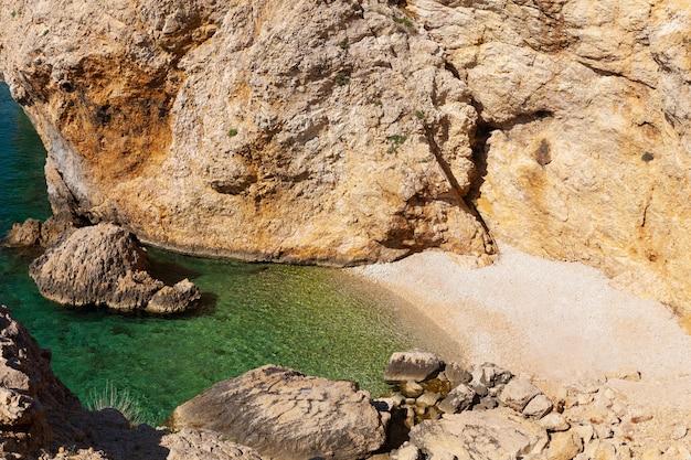 Uitzicht op het strand van stara baska tijdens de zomertijd, eiland krk