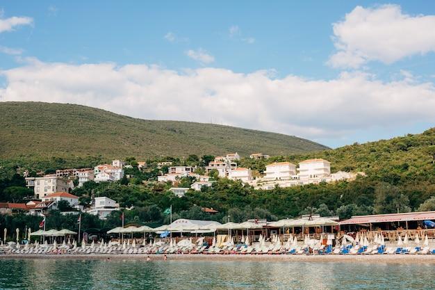 Uitzicht op het strand van zanjice op het schiereiland lustica in montenegro tegen de achtergrond van groen