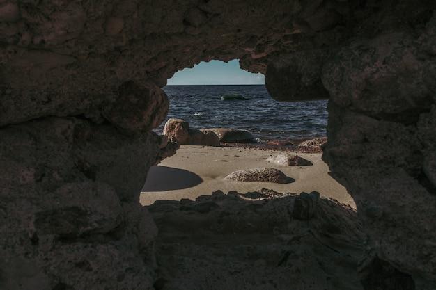 Uitzicht op het strand vanuit de grot.