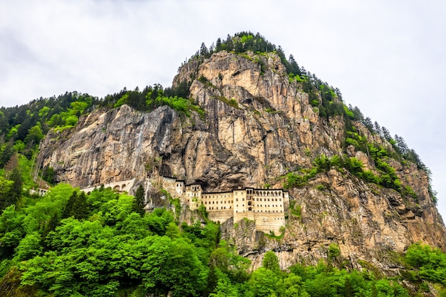 Uitzicht op het sumela-klooster op de mela-berg in turkije