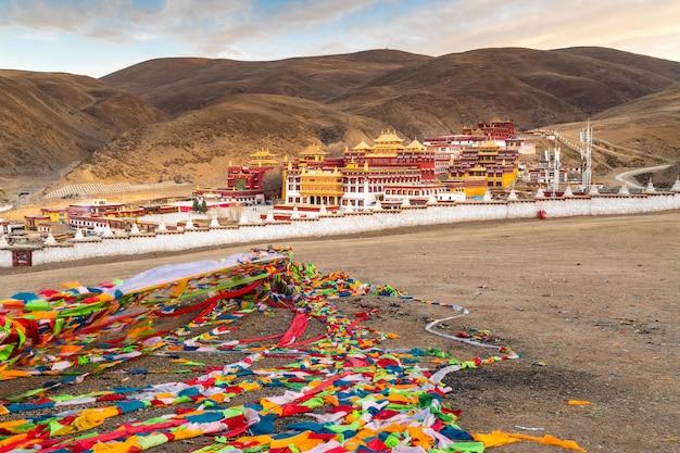 Uitzicht op het tibetaanse klooster in litang, sichuan, china. uitzicht op boeddhistische tempel in de vallei van litang in de ochtend.