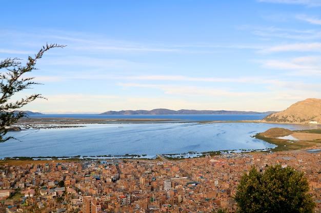 Uitzicht op het titicacameer, 's werelds hoogst bevaarbare meer in puno, peru