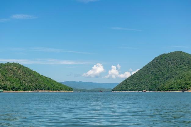 Uitzicht op het water en de bergen