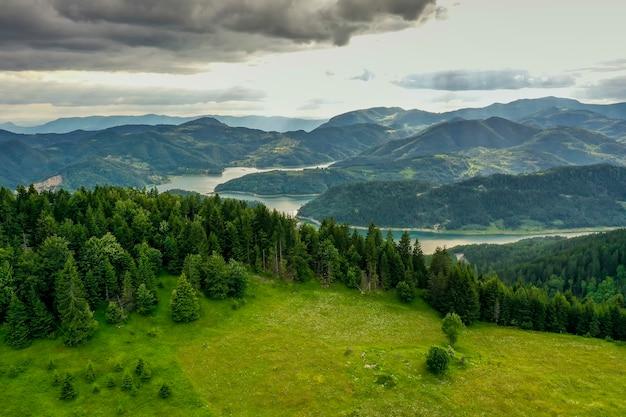 Uitzicht op het zaovine-meer van de tara-berg in servië
