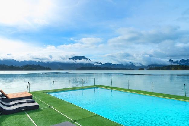 Uitzicht op het zwembad en het meer