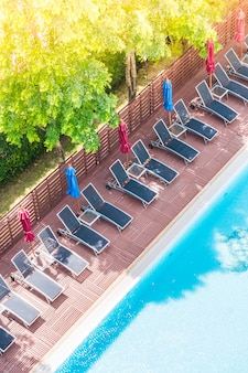 Uitzicht op het zwembad van bovenaf met hangmatten