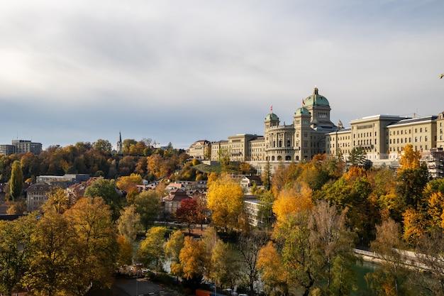 Uitzicht op het zwitserse parlement (bundeshaus) vanaf de kirchenfeldbruecke-brug