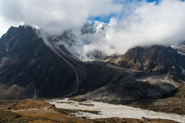 Uitzicht op hoge berg op de weg van dingboche naar lobuche op everest basiskamp trekking route