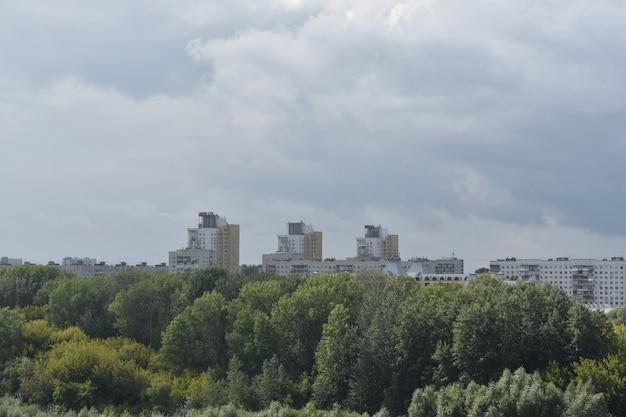 Uitzicht op hoogbouw door bomen