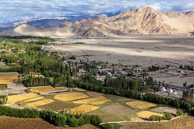 Uitzicht op indus vallei in de himalaya