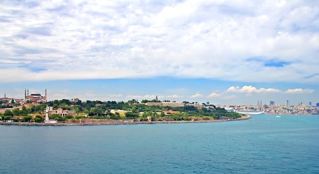 Uitzicht op istanbul en de bosporus vanaf de zee