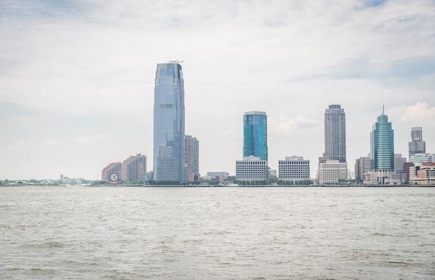 Uitzicht op jersey city vanaf de zee