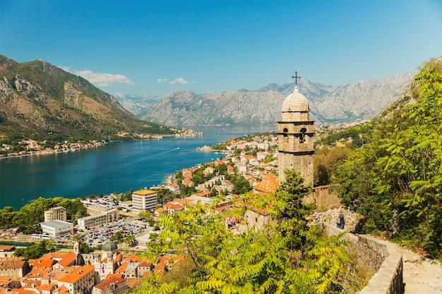 Uitzicht op kerk, oude muren, bergen en zee in de oude stad van kotor
