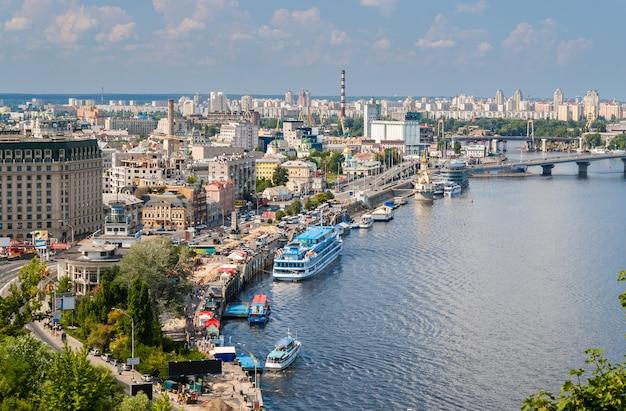 Uitzicht op kiev vanaf een observatiepunt over de dnjepr. oekraïne