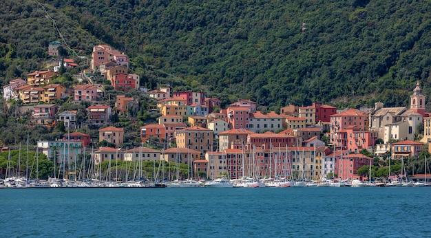 Uitzicht op kleine stad fezzano in italië vanaf schip