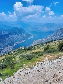 Uitzicht op kotor vanaf een berg, montenegro