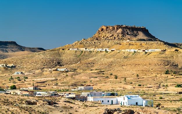 Uitzicht op ksar beni barka, een berberdorp op een heuveltop in het gouvernement tataouine, zuid-tunesië
