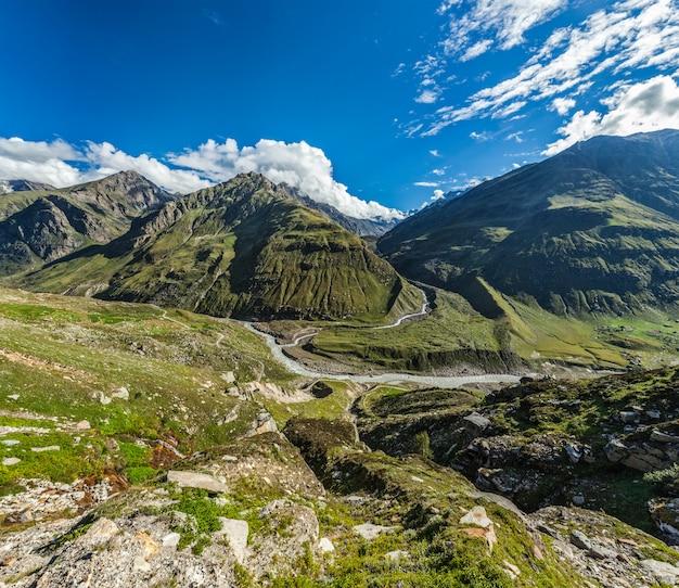 Uitzicht op lahaul vallei in de himalaya
