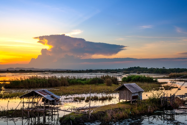 Uitzicht op landschap en rivier en zonsondergang of zonsopgang