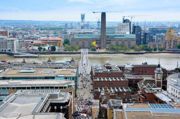 Uitzicht op londen van bovenaf. millennium bridge van st paul's cathedral, vk