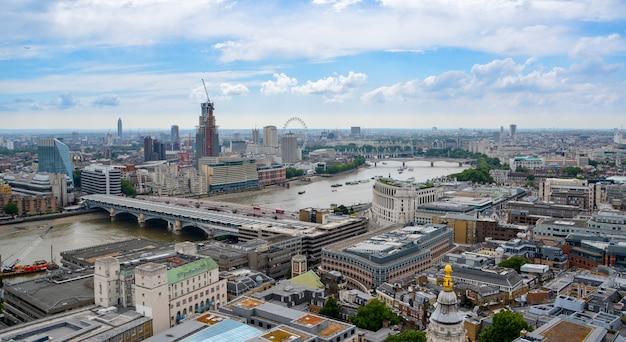 Uitzicht op londen van bovenaf. rivier de theems, londen vanaf st paul's cathedral, vk