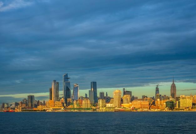 Uitzicht op manhattan bij zonsondergang new york usa