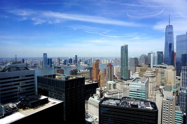 Uitzicht op manhattan vanuit het raam van een kantoor op one new york plaza.