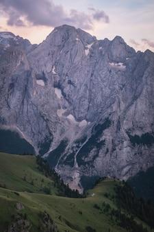 Uitzicht op marmolada-piek bij zonsondergang vanaf viel dal pan-route in italië