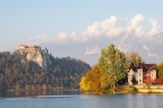 Uitzicht op meer en kasteel bovenop heuvel