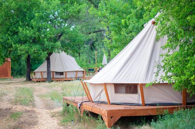 Uitzicht op moderne kampeertenten in het glamping-gebied. kampeertent met alle voorzieningen. beschaving in het bos