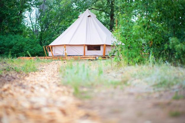 Uitzicht op moderne kampeertenten in het glamping-gebied. kampeertent met alle voorzieningen.