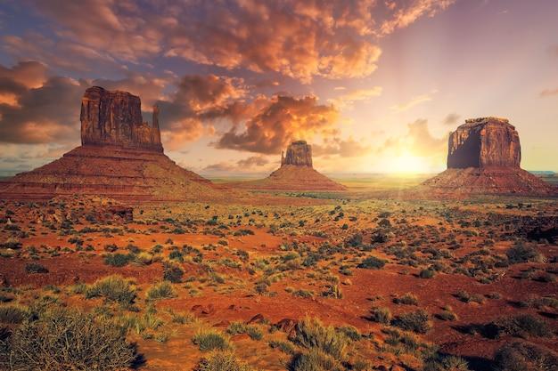 Uitzicht op monument valley onder de blauwe hemel, verenigde staten