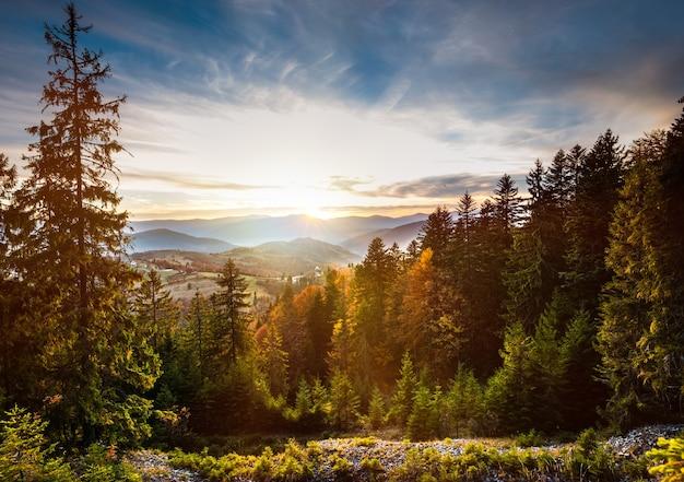 Uitzicht op mooie bewolkte hemel over heuvel weide.
