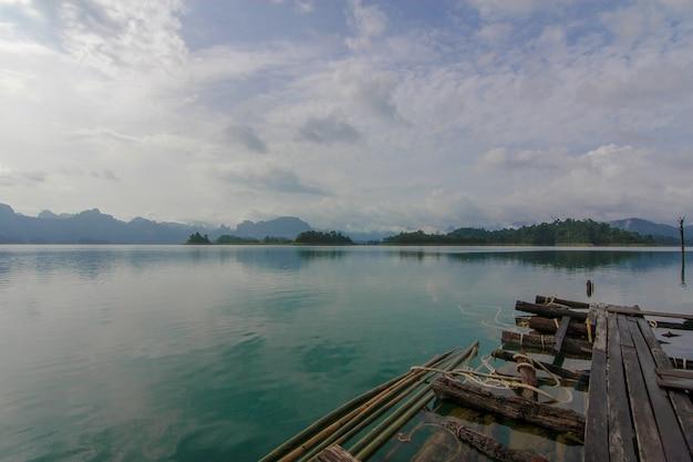 Uitzicht op natuur landschap chiao lan dam