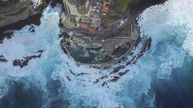 Uitzicht op natuurlijke zwembaden en de atlantische oceaan Premium Foto