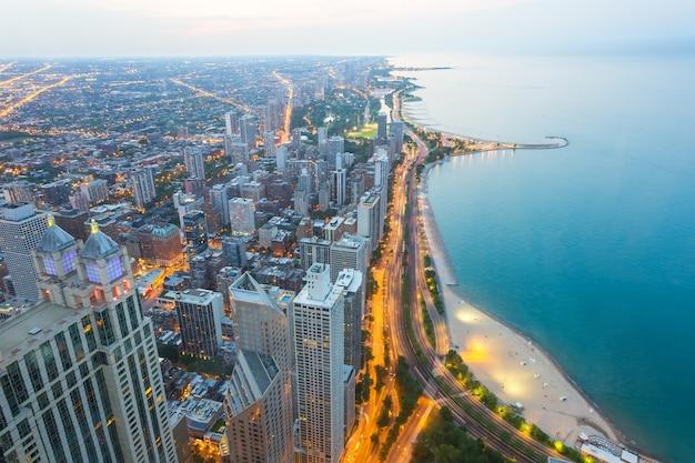 Uitzicht op noord-chicago bij zonsondergang
