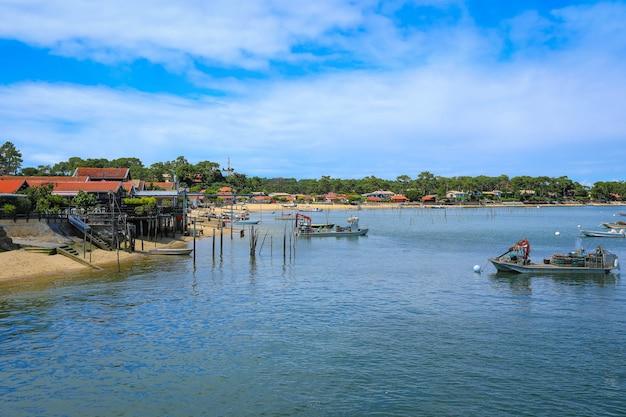 Uitzicht op oester-landbouwhavens en dorpen met blauwe hemel in punt cap-ferret, bordeaux, gironde, frankrijk